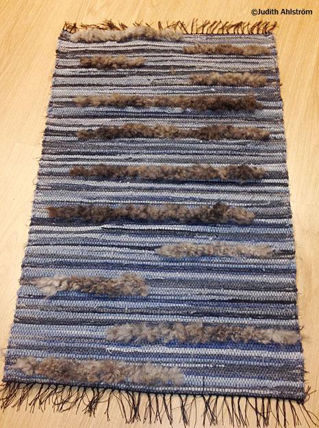 Jeansmatta med lammskinn, trasmatta – Karlsö